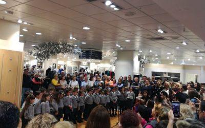 Un coro navideño de nuestro Colegio Liceo abre la iluminación en el Corte Inglés de Bahía Sur.